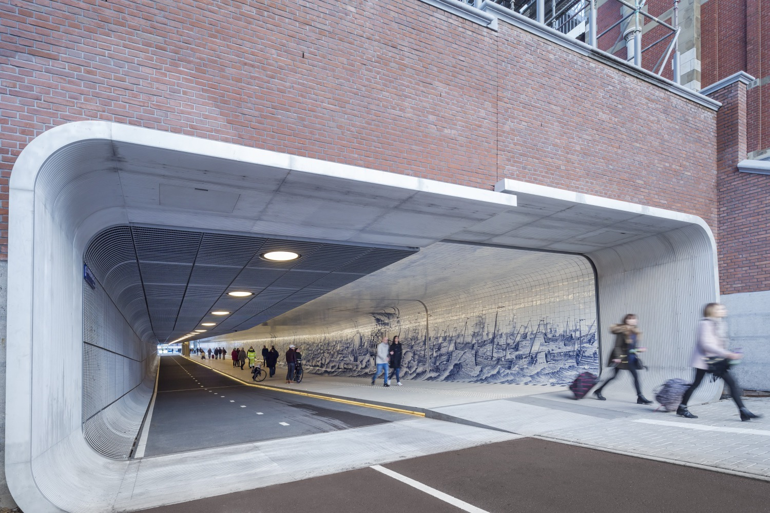 611 Langzaamverkeerspassage Amsterdam CS medium
